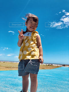 水の体の隣に立っている少年の写真・画像素材[2278580]