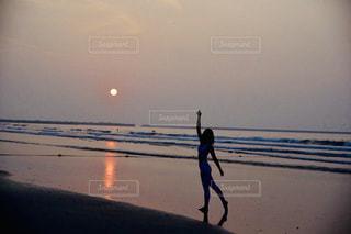 浜辺を歩く人々のグループの写真・画像素材[2278946]