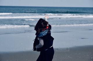 水域の隣に立っている人の写真・画像素材[2279821]