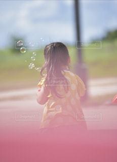 公園でしゃぼん玉の写真・画像素材[2355793]