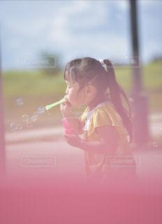公園でしゃぼん玉の写真・画像素材[2355797]