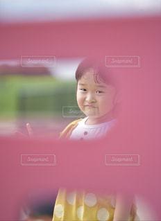 黄色いシャツを着た女性の写真・画像素材[2355807]