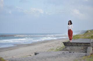浜辺に立っている人の写真・画像素材[2365984]