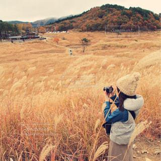 乾いた草原に立っている人の写真・画像素材[2434225]