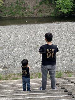 川を眺める親子の写真・画像素材[2260514]