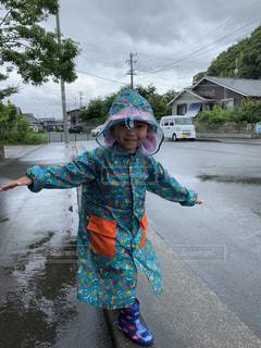 雨の中でTポーズの写真・画像素材[2262171]