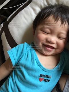 カメラに微笑む小さな男の子の写真・画像素材[2264913]
