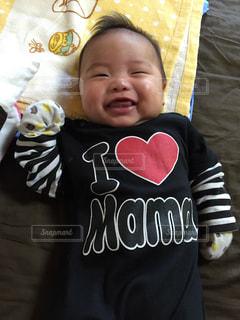 赤ん坊を抱く人の写真・画像素材[2269280]