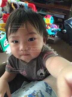テーブルの上に座っている小さな子供の写真・画像素材[2276285]