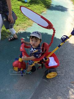 おもちゃで遊ぶ小さな子供の写真・画像素材[2292364]
