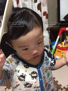 髪をセットする子どもの写真・画像素材[2292381]