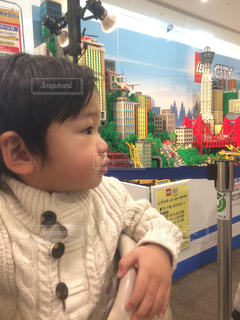 テーブルの上に座っている小さな子供の写真・画像素材[2320940]
