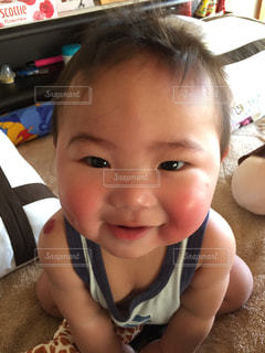 カメラに微笑む小さな子供のクローズアップの写真・画像素材[2329078]