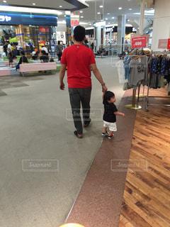 買い物中の親子の写真・画像素材[2373110]