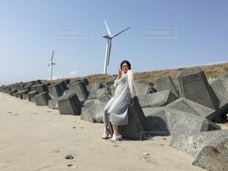 岩の上に立っている人の写真・画像素材[2373165]