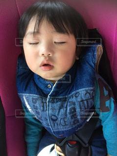 車の中で眠る子供の写真・画像素材[2418136]