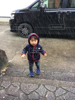 駐車場に立っている小さな男の子の写真・画像素材[2418144]