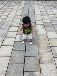 歩道に立っている小さな男の子の写真・画像素材[2418150]