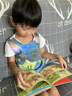 絵本を読んでる子供の写真・画像素材[2486287]