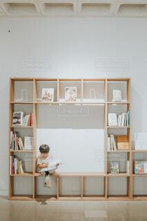 本棚で読書の写真・画像素材[3692085]