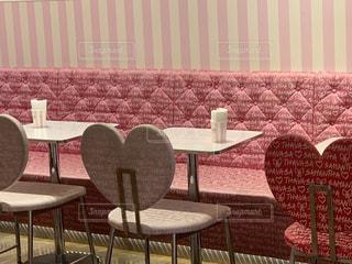 部屋の中の大きな赤い椅子の写真・画像素材[2309430]