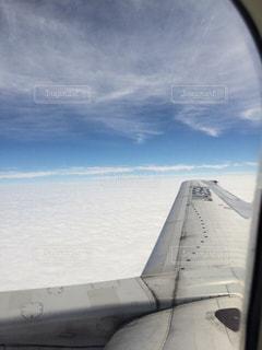 雲と雲の間の晴天の写真・画像素材[2421679]