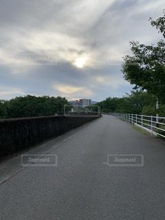 道路に架かる長い橋の写真・画像素材[2286112]