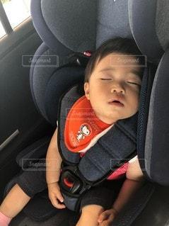 車の座席に座っている小さな子供の写真・画像素材[2273857]