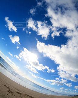 青い空と白い雲の写真・画像素材[2412314]