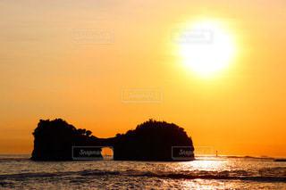 月円島と夕日の写真・画像素材[3395267]
