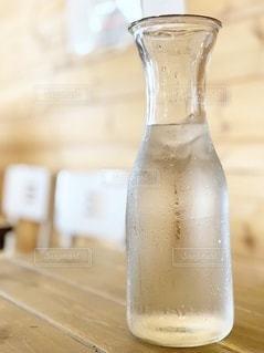 水滴のついたボトルが暑さを物語ってるの写真・画像素材[3470427]
