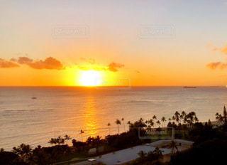 ハワイの海に沈む夕日の写真・画像素材[3472389]