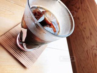 飲み物,インテリア,コーヒー,木,アイスコーヒー,水,氷,ガラス,テーブル,コップ,食器,グラス,ドリンク,木目,冷たい,ライフスタイル,コースター