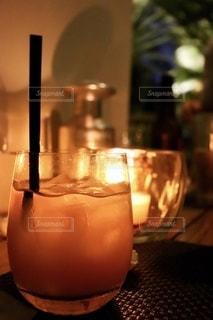 キャンドルを灯したテーブルでの写真・画像素材[3490704]