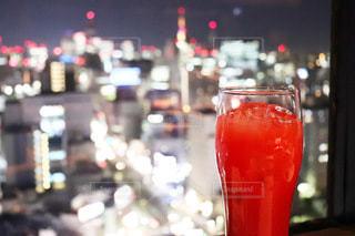 飲み物,インテリア,夜景,ディナー,お酒,赤,水,景色,氷,ガラス,コップ,お店,飲食店,食器,レストラン,カクテル,ドリンク,アルコール,ライフスタイル,カシスオレンジ
