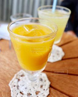飲み物,カフェ,インテリア,ジュース,水,氷,ガラス,コップ,お店,飲食店,食器,ドリンク,冷たい,リンゴジュース,ライフスタイル,オレンジジュース,コースター