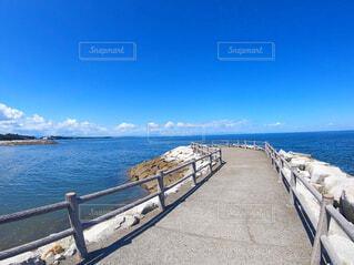 青い空と青い海の写真・画像素材[4218045]