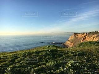 ある丘の上から見える海の写真・画像素材[2338939]