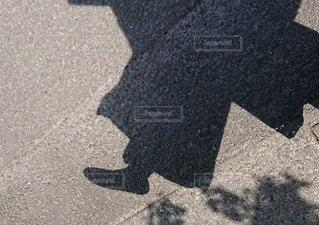 スキップはしゃぎ影の写真・画像素材[2279631]