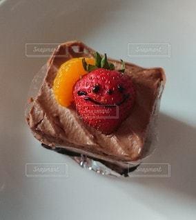 皿の上のケーキの写真・画像素材[2350105]