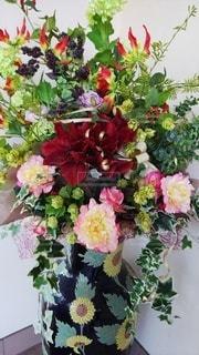 テーブルの上の花瓶に花束をの写真・画像素材[2350121]
