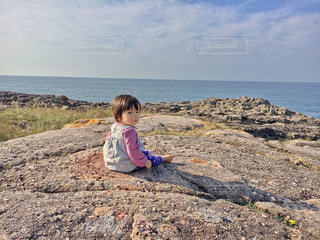 子ども,海,屋外,青空,晴天,散歩,水平線,岩,人物,人,可愛い,レジャー,お散歩,ライフスタイル,おでかけ,絶壁,赤ちゃんベビー