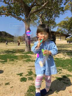 子ども,公園,キッズ,木,芝生,屋外,青空,散歩,女の子,少女,シャボン玉,人物,人,笑顔,レジャー,お散歩,ライフスタイル,おでかけ