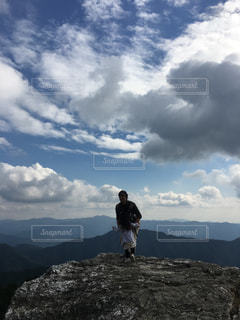 木,屋外,青空,散歩,山,岩,人物,人,レジャー,お散歩,ライフスタイル,おでかけ,絶壁