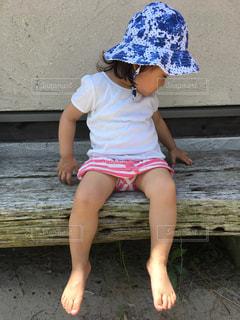 夏,屋外,かわいい,帽子,散歩,女の子,少女,人物,人,座る,可愛い,幼児,レジャー,お散歩,ライフスタイル,おでかけ