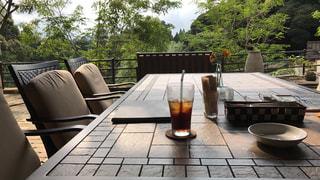 木製のテーブルの上に座っているワインのグラスの写真・画像素材[2276143]