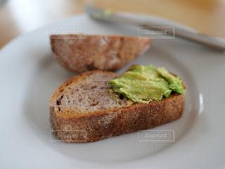 アボカドとパンの写真・画像素材[2274272]