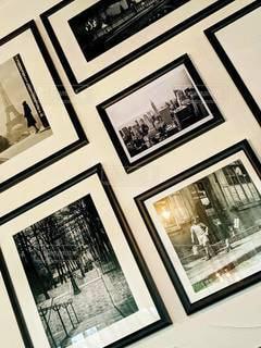 白黒写真と光るランプの写真・画像素材[2278227]