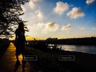 夏,夕日,屋外,晴れ,夕焼け,散歩,川,キラキラ,レジャー,野外,のんびり,お散歩,ライフスタイル,ぶらり