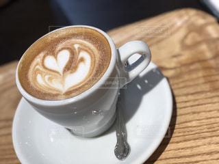 テーブルの上でコーヒーを一杯飲むの写真・画像素材[2274558]